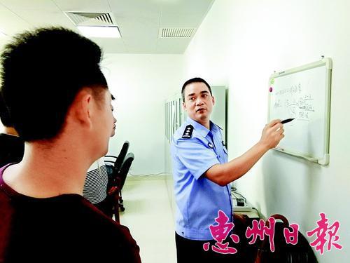 黄清在向缉毒队员部署抓捕任务。