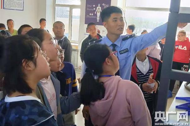 大兴安岭地区图强警方组织中学生参观禁毒教育基地